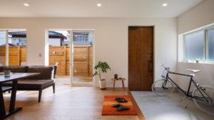 自転車やベビーカー、車椅子も余裕の土間タイプの玄関。パシフィックデザインbe-plusの家は、行橋のヤスナグデザインホーム。