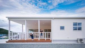 アメリカンな光と風があふれるカバードポーチのある家。be-plus,ヤスナグデザインホーム。