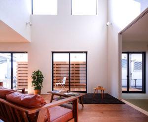 風と光と熱を利用したヤスナグデザインホームのパッシブデザインbe-plus。白い壁と大きな窓が可愛いお家。