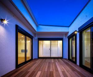 パッシブデザインbe-plusのC型の家。真ん中にウッドデッキがあって、外にいるような開放感と内にいるような安心感で人気。行橋、小倉、苅田におすすめの平屋。