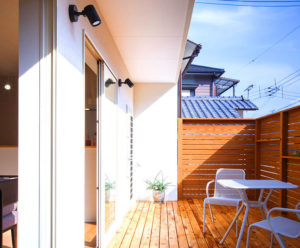 開放感ある南側。リビングつづきのウッドデッキで安心して遊ばせる。ダブル断熱の家、行橋、北九州の平屋におすすめパシフィックデザインの家。