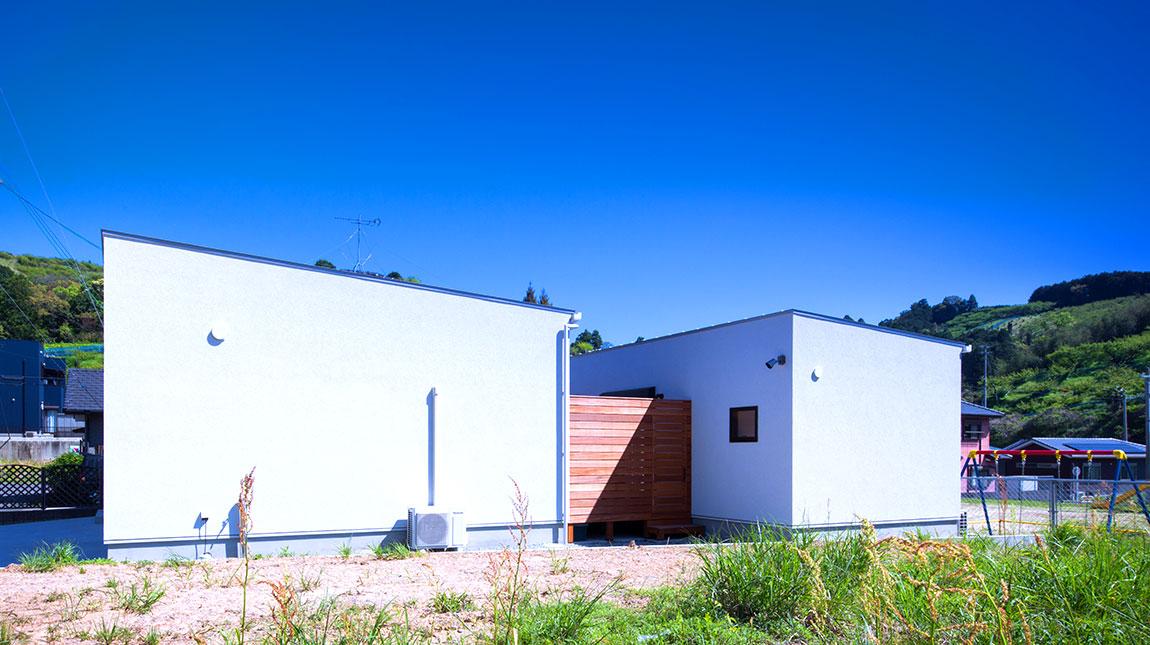 C形の家の間は、開放的なウッドデッキ。福岡、行橋、苅田のおすすめ平屋は、be-plus。