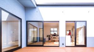 リビングへ差し込む明るい光があたたかなパッシブデザインの家。be-plusの平屋は、ヤスナグデザインホーム株式会社。