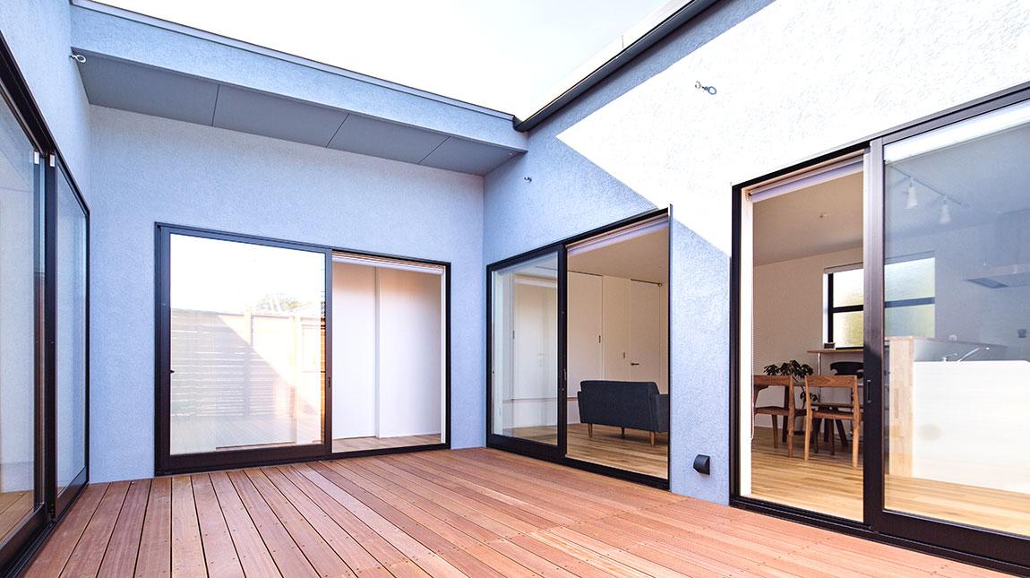 be-plus、Cスタイルは、ウッドデッキが中央にあり、大きな解放さた窓を3面にもつ家族をつなぐ家。