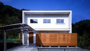 白い塗り壁のbe-plusパッシブデザイン、2階建ての家。クールな見た目が、他と差をつける。be-plusは、ヤスナグデザインホーム株式会社。