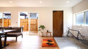 大きな土間玄関から続くリビング。お客様も家族のようなアットホームなおもてなし。be-plus、パッシブデザインの家。
