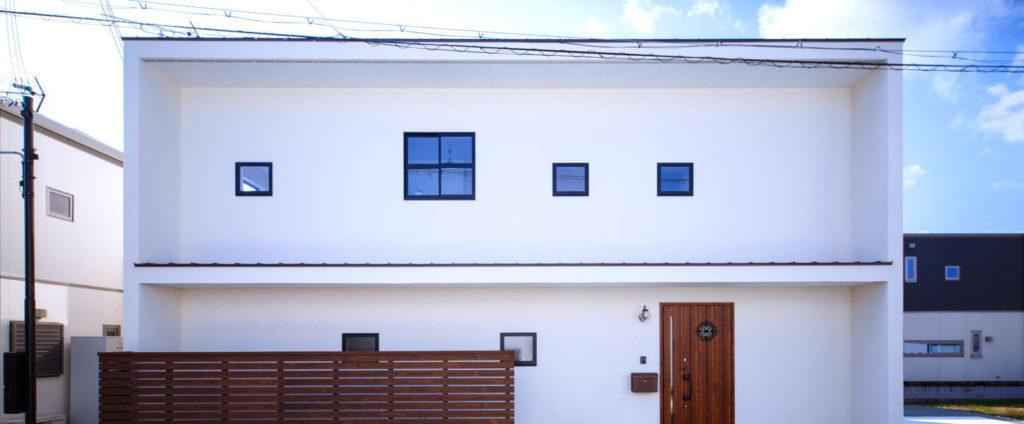 2階建ての洋風な白いパッシブデザインの家。青い空によく似合う。