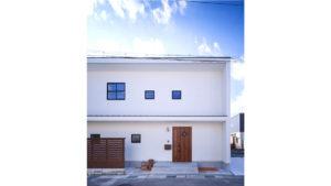 広がる青空に白い塗り壁。スタイリッシュだけど、どこか可愛い。女性に人気のbe-plus。福岡行橋のパッシブデザイン、ヤスナグデザインホームの家。