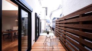リビングからウッドデッキへと続く空間。ちょっとしたスペースで暮らしが豊かになる。be-plusのパッシブデザインの注文住宅。
