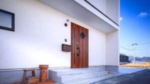 外国のお家のような家。階段を3段上がると、おしゃれなブラウンの玄関扉。冬は、北側の冷たい風を入れない、パッシブデザインの家。