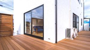 家の2面に広がるウッドデッキは、リビングから広がる開放的な空間。お庭でバーベキューも楽しめちゃう、パッシブデザインの家。