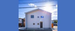 青い空に白い家。黒いサッシ窓がおしゃれなアクセント。パッシブデザイン、be-plusの二階建ての家。