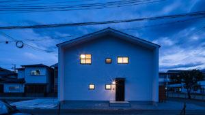 カーテンのない窓から漏れる明るい明かり。自分らしく生きるパッシブデザインの家。