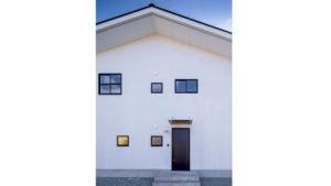 白い塗り壁とブラックの四角いサッシの窓がアクセントのパッシブデザインの家。W断熱で、夏は涼しく冬暖か。自分らしく暮らす家。