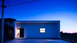 白のキュービックな外観、格子窓の明かりが可愛い。シンプルスタイリッシュに暮らす、be-plusの家。