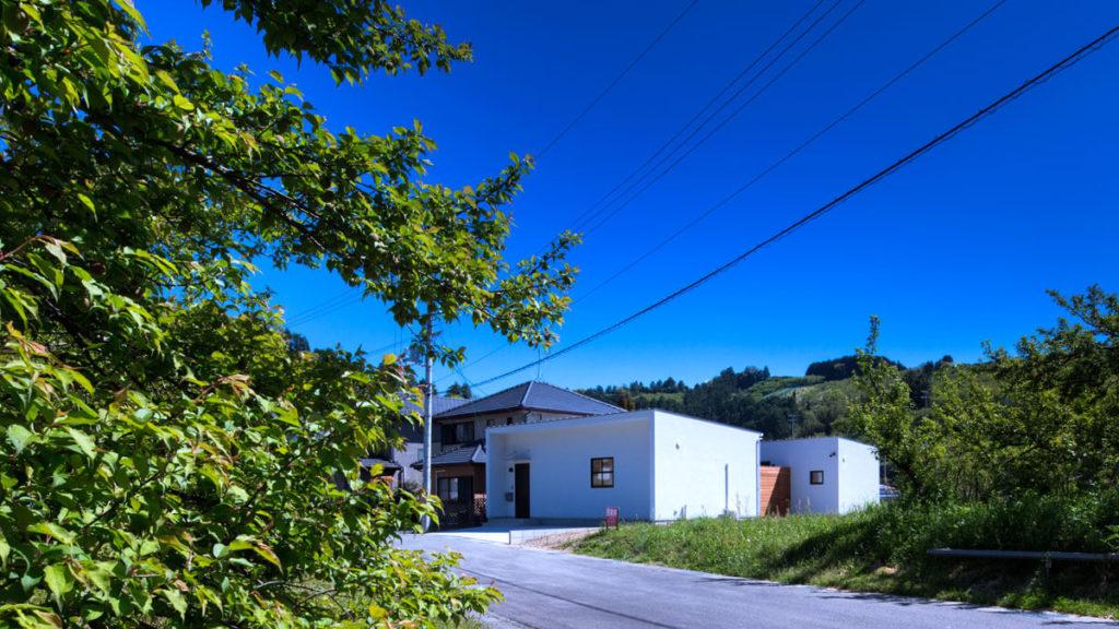 緑いっぱいの丘の上に立つ、Cの字、コの字形の家。パッシブデザイン、be-plus行橋市の注文住宅。