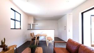 白い壁と黒いサッシウォールナットの床がスタイリッシュなビープラスの家。