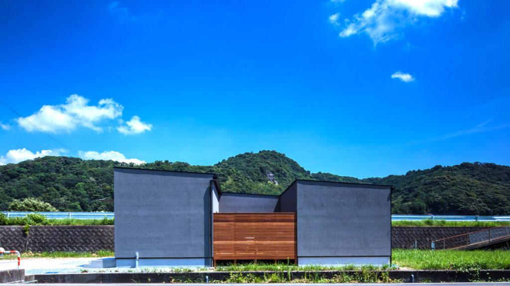パッシブデザインのbe-plus、Cスタイルは、Cの部分が屋内空間、間は、ウッドデッキの屋外空間。南側の窓を開けても、ウッドデッキや建物で外からは見えにくい設計。小倉、行橋におすすめ注文住宅は、ヤスナグデザインホーム。