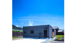 ガルバニウム鋼板の屋根、W断熱のぬりかべで、夏涼しく、冬暖かな家。be*-plusのパッシブデザインの家。グレーのぬりかべと黒いサッシ、シンプルな外観がスタイリッシュな家。