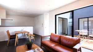 be-plusのパッシブデザインCスタイルの家。Cの中央には、家族がくつろげるウッドデッキのスペース。白い机といすを置けば、居住空間が広がる。