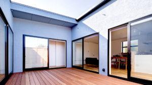 Cスタイルは、屋内住居の間にウッドデッキがあります。対面の部屋の様子もわかり、家族のコミュニケーションも広がりやすい家です。。福岡、行橋、小倉の注文住宅をお探しなら、パッシブデザイン, ビープラスの家がおすすめ。