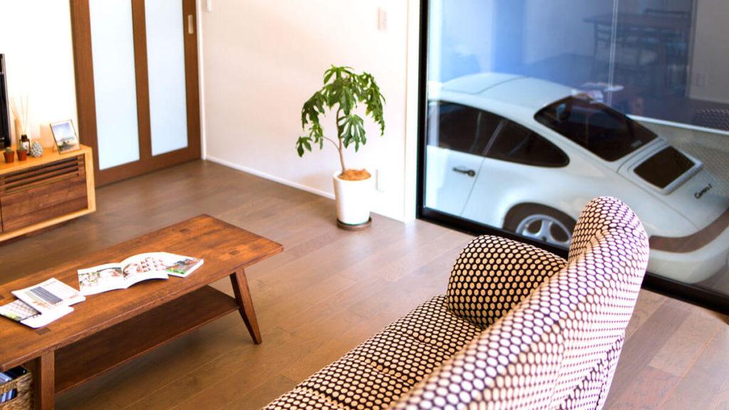 自慢の愛車をリビングから眺められる家。台風の日も安心、インナーガレージ。