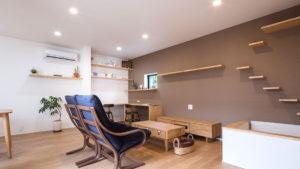"""好きなスタイルの家具で、シンプルに暮らす。猫の""""善逸""""は、壁のぼりが大好き。家族も猫も楽しめる家。パッシブデザインbe-plus平屋注文住宅。"""