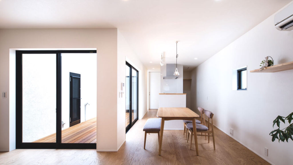 be-plus、Oスタイルの家。O,ロの字形の屋内居住空間と、中央のウッドデッキの屋外空間が夏涼しく、冬暖かな家を作り出す。