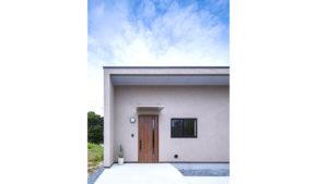 シンプルスタイリッシュな平屋住宅。パッシブデザイン、be-plus。ライトグレーの塗り壁と光が入る玄関。