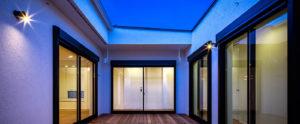 コの字形の家のウッドデッキでバーベキュー、星空観察。一日中、外を感じられる家。be-plusのパッシブデザイン平屋。