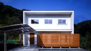 シンプルな四角い家は、夏は涼しく冬涼しいパッシブデザインの家です。