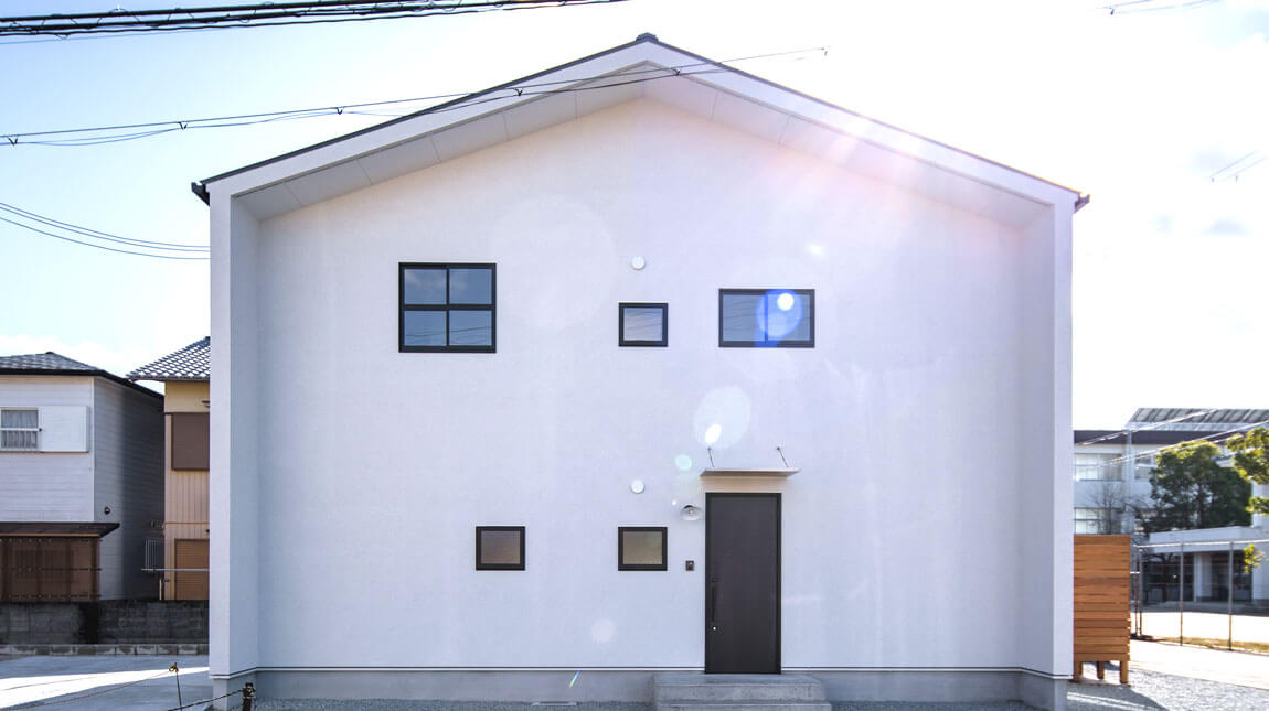 1階と2階の境目のない外壁がナチュラルでオシャレです。be-plusの2階建てスタイルは、ヤスナグデザインホーム株式会社の家。