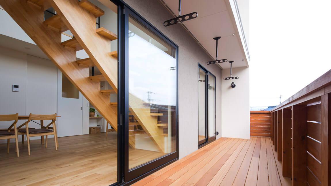 リビングと中庭をつなぐウッドデッキ。夏涼しく、冬暖かなパッシブデザインとW断熱。