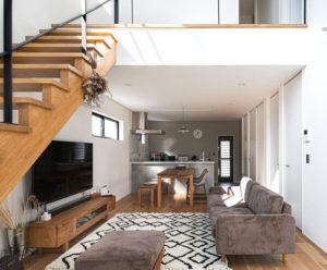 2階建て、吹き抜けのある開放的なプラン。自然の光と風をとりこむパッシブデザイン。