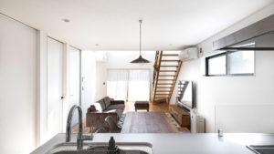 シンプルでオシャレな空間は、ホワイトとグレーで統一されている。窓の高さは、目線に入らない高さ。こだわりの家具や照明であなたスタイルに。