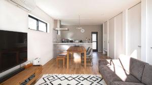 お部屋のドアは、床から天井まである背の高いドア。シンプルな作りがおしゃれ感をうみだす。自分流にアレンジできる家、ヤスナグデザインホーム株式会社の家。
