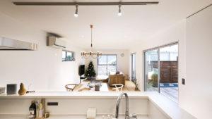 キッチンには、スポットライト形。ダイニングテーブルの上のライトは、オシャレなシャンデリアタイプ。四角い格子窓も可愛い。be-plusのcスタイルの家。