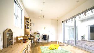 子供部屋と中庭、リビングと見渡せる作り。家族のコミュニケーションが増える家。be-plusパッシブデザインCスタイルは、ヤスナグデザインホーム株式会社。