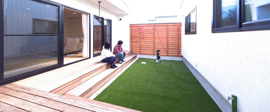 プライバシーを守れる屋外空間。家族の笑顔を作るbe-plusの家。ヤスナグデザインホーム株式会社の家。