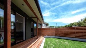 開放的な中庭のある家は、行橋・苅田・北九州の平屋住宅を販売しているヤスナグデザインホーム株式会社の家。L字型のデザインと高級感のある塗り壁の家。