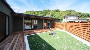プライバシーが守られたお家の中庭の芝生の上でごろりと横になる。妻と幼い子供の笑顔がそこにある。ヤスナグデザインホームのL字型の家は、シンプルで開放的な家。