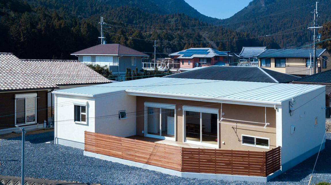 L字型の屋内居住空間と塀で囲われた、プライベートの屋外空間、be-plusのパッシブデザインの家。ヤスナグデザインホーム株式会社の家。