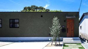 モスグリーンの落ち着いた雰囲気のある塗り壁の家。シンプルでスタイリッシュ名その作りのため、あなたの好きなスタイルのインテリアでオシャレに決めよう。福岡、苅田、行橋、小倉におすすめの平屋注文住宅。
