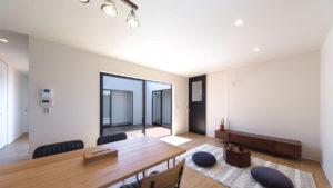 リビングから、他の部屋の様子がわかる家。コの字形のパッシブデザインbe-plusの家。自然の風と光で省エネ住宅。