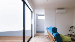 天井形床まであるスッキリとした建具は、白い壁に合わせて、お部屋を広く見せる。be-plusのシンプルな外観と相まってこぎみいい。