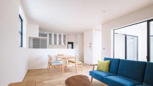 be-plusのOの字形の家。ぐるりと一週できる回廊が家族のコミュニケーションを広げる。シンプルに自分らしく生きる家、ヤスナグデザインホーム株式会社の平屋住宅。