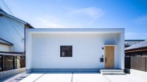 白くてシンプルな四角い家。W断熱のエコサームで省エネ住宅。