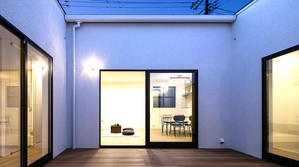 ビープラスのOスタイルの家は、壁で外からの視線を遮っている。だから、夜もカーテンがいらない。開放的な平屋住宅。be-plus。