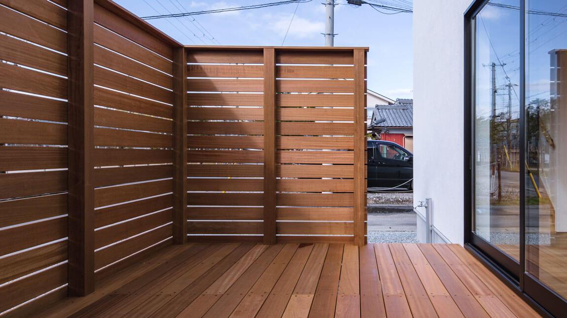 周りにウッドデッキと塀をつけることで、プレイバシーを守りながら楽しめる外空間ができる。