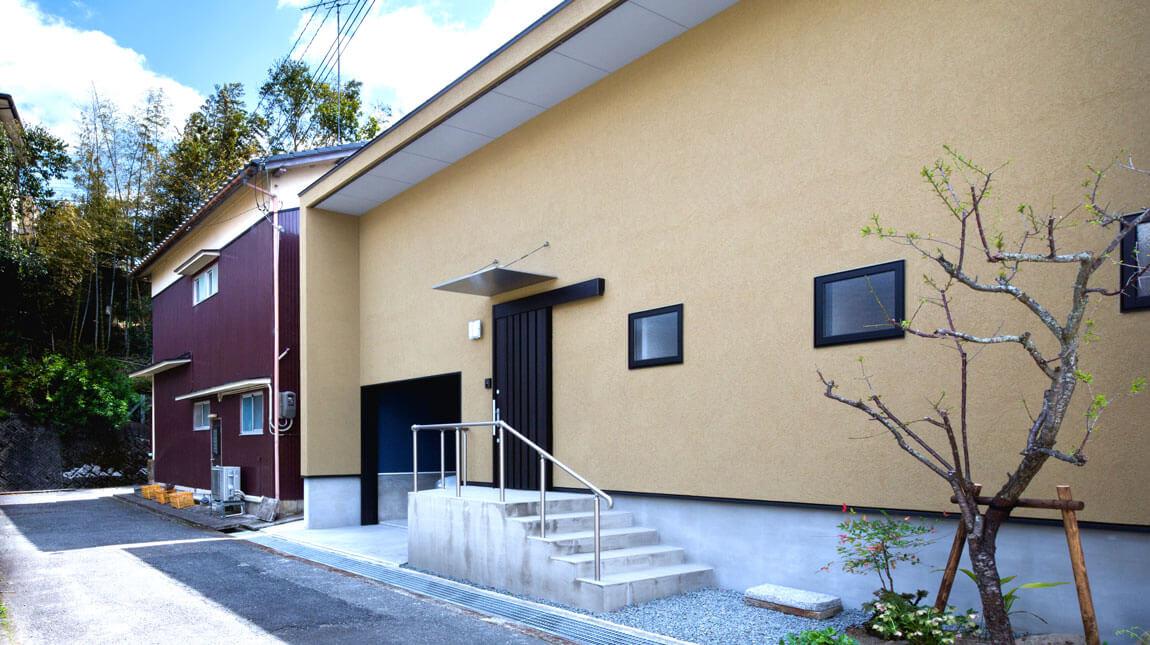 からし色の塗り壁で、和風モダンな家。夏涼しく、冬暖かなパッシブデザイン。